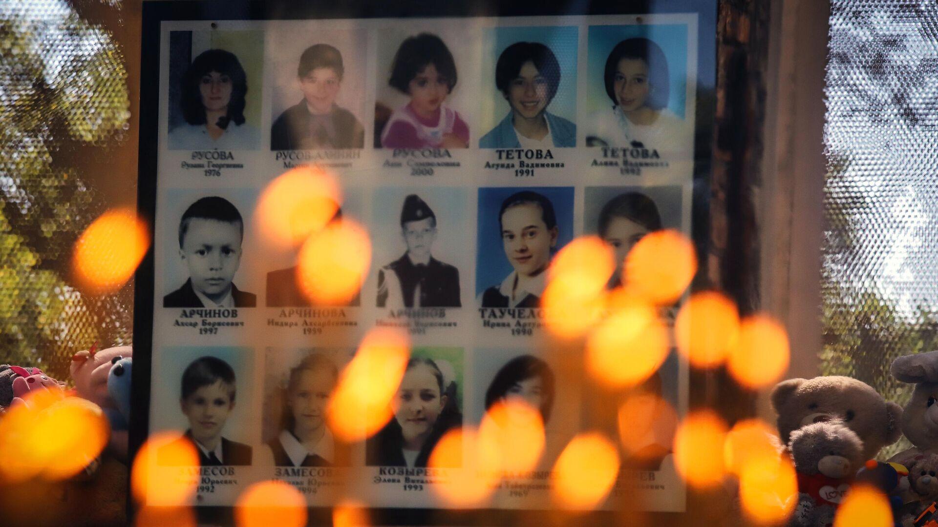 Свечи и игрушки у фотографий погибших в помещении бывшей Бесланской школы №1 - РИА Новости, 1920, 02.09.2020