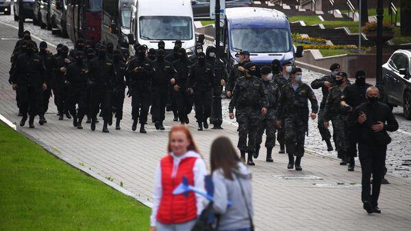 Сотрудники правоохранительных органов во время студенческой акции протеста в Минске