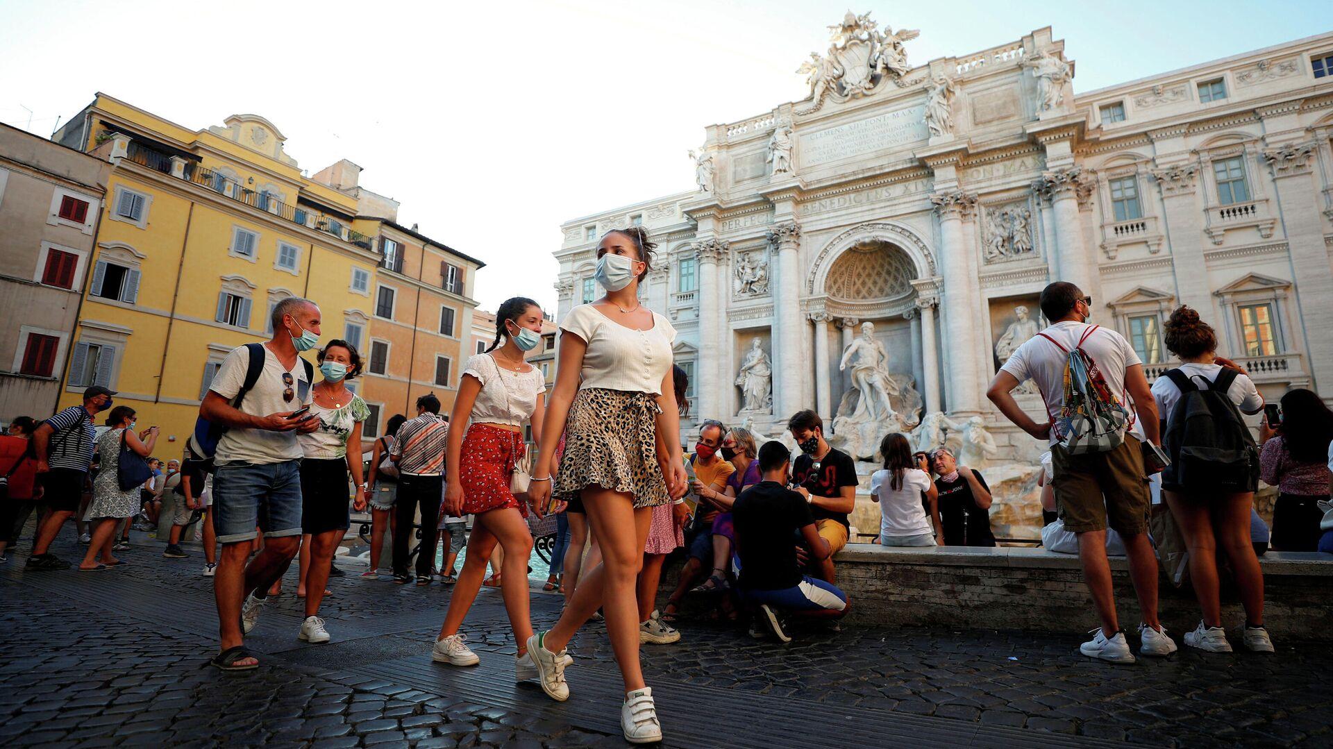 Люди в защитных масках около фонтана Треви в Риме  - РИА Новости, 1920, 18.09.2020