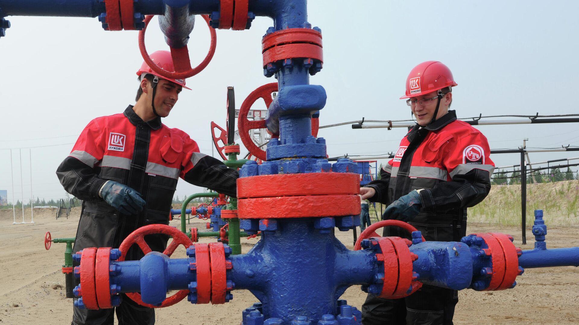 Сотрудники компании на нефтяном кусте в районе города Покачи - РИА Новости, 1920, 03.09.2020