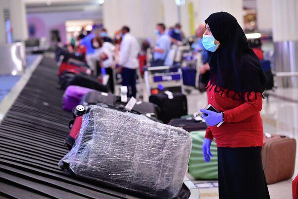 Туристы в аэропорту Дубая, ОАЭ