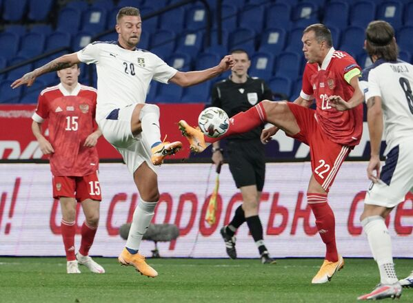 Нападающий сборной России Артем Дзюба (справа) и полузащитник сборной Сербии Сергей Милинкович-Савич