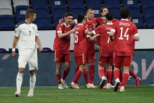 Футболисты сборной России празднуют забитый мяч