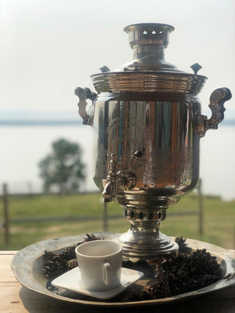 Чай из самовара с видом на Лену