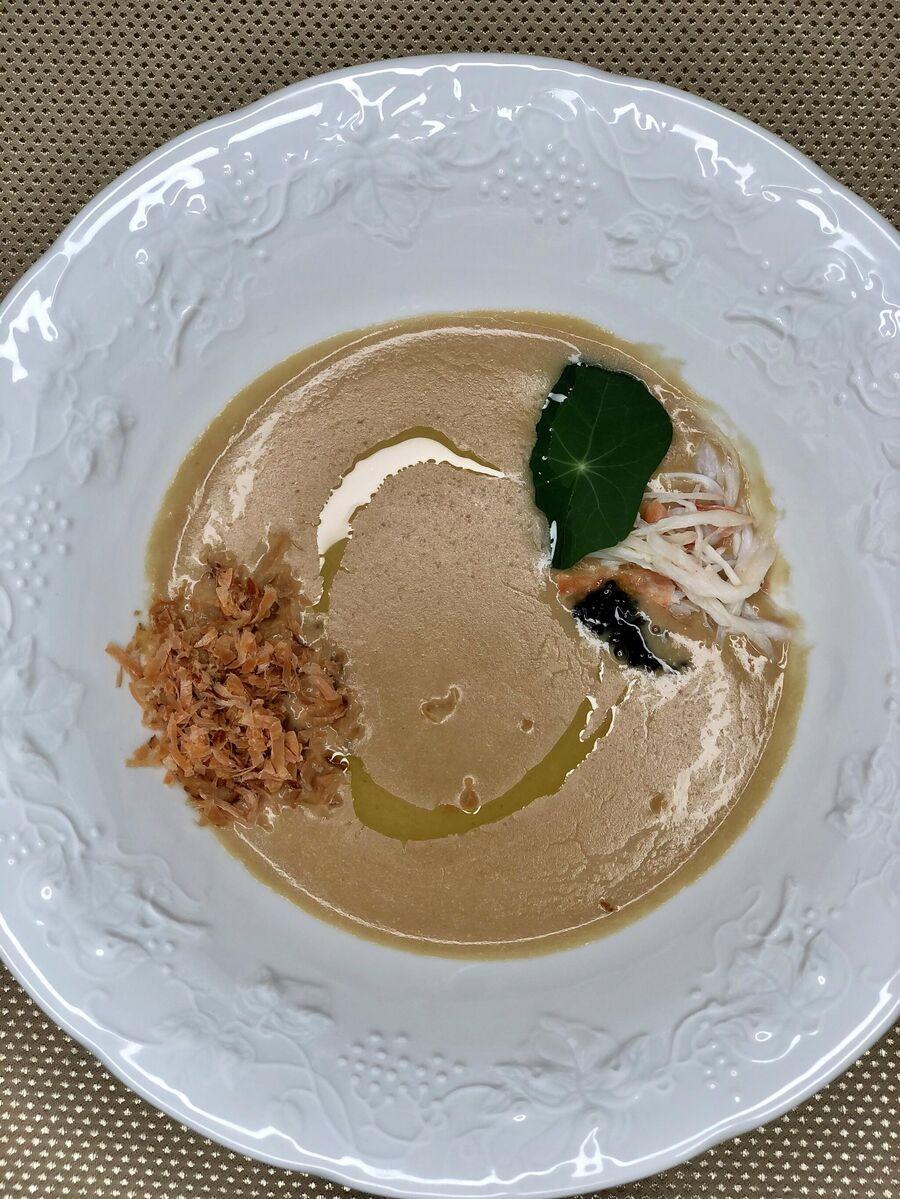 Крем-суп из томленой в печи редьки с камчатским крабом, черной икрой и стружкой из Кижуча