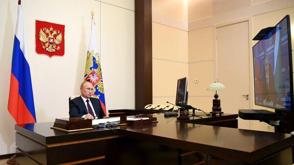 Президент РФ Владимир Путин во время встречи в режиме видеоконференции с временно исполняющим обязанности губернатора Калужской области Владиставом Шапшой