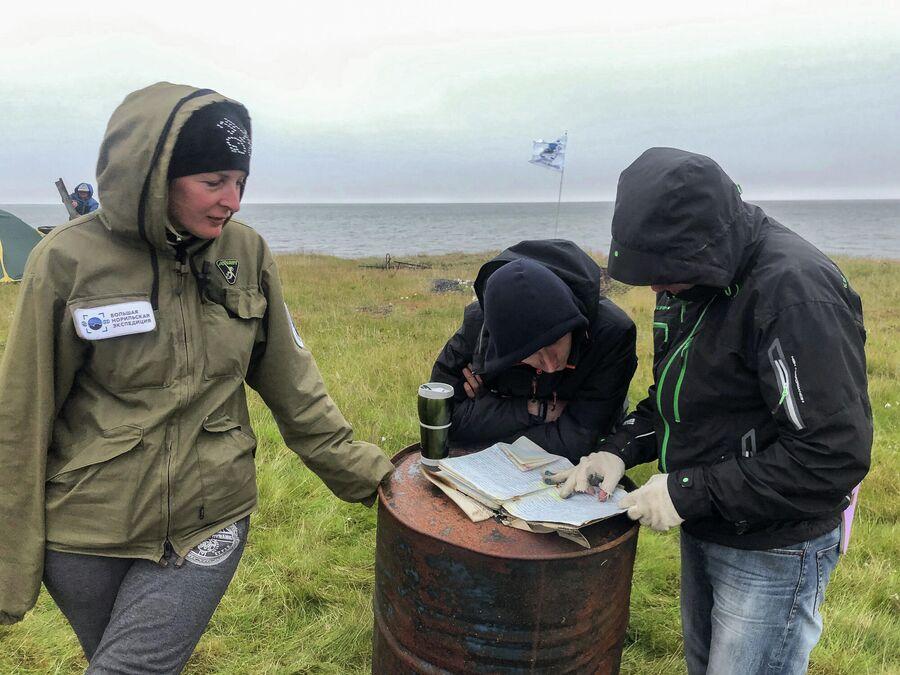 Команда экспедиции читает найденный дневник