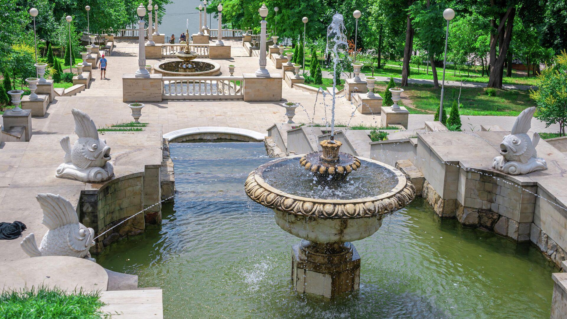 Фонтаны и каскадные лестницы в парке Валя Морилор в Кишиневе, Молдавия - РИА Новости, 1920, 03.07.2021