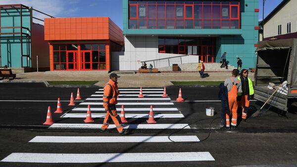 Рабочие во время работ по благоустройству на улице Ленина в городе Тулун Иркусткой области