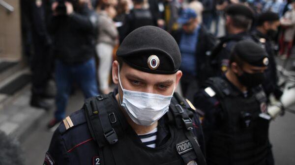 Сотрудник полиции охраняет вход в здание Пресненского суда города Москвы, где будет оглашен приговор по делу актера Михаила Ефремова