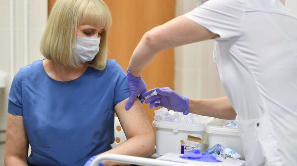 Вакцинация добровольца против COVID-19 в поликлинике №62 в Москве