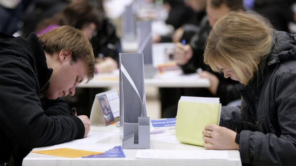 Соискатели заполняют анкеты на ярмарке вакансий