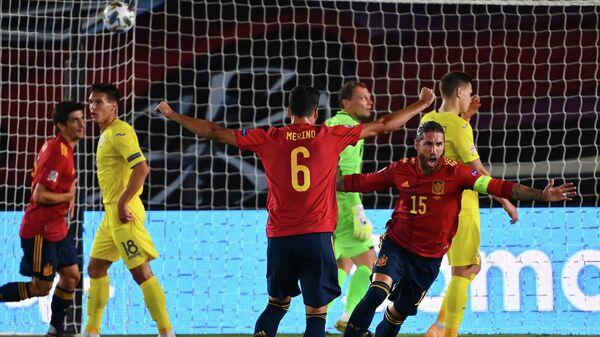 Футболисты сборной Испании радуются голу в ворота сборной Украины
