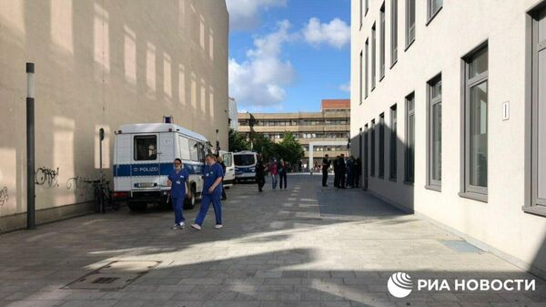 Полицейские фургоны у клиники Charite в Берлине