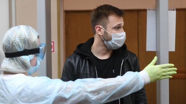 Мужчина в городской поликлинике No 209 в Москве