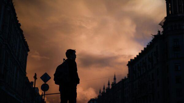 Молодой человек на Тверской улице в Москве