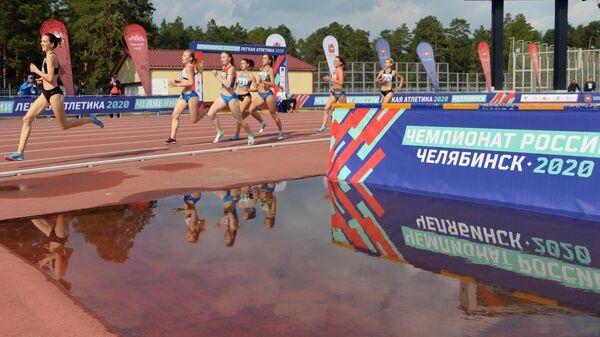 Спортсменки в забеге на 800 метров среди юниорок