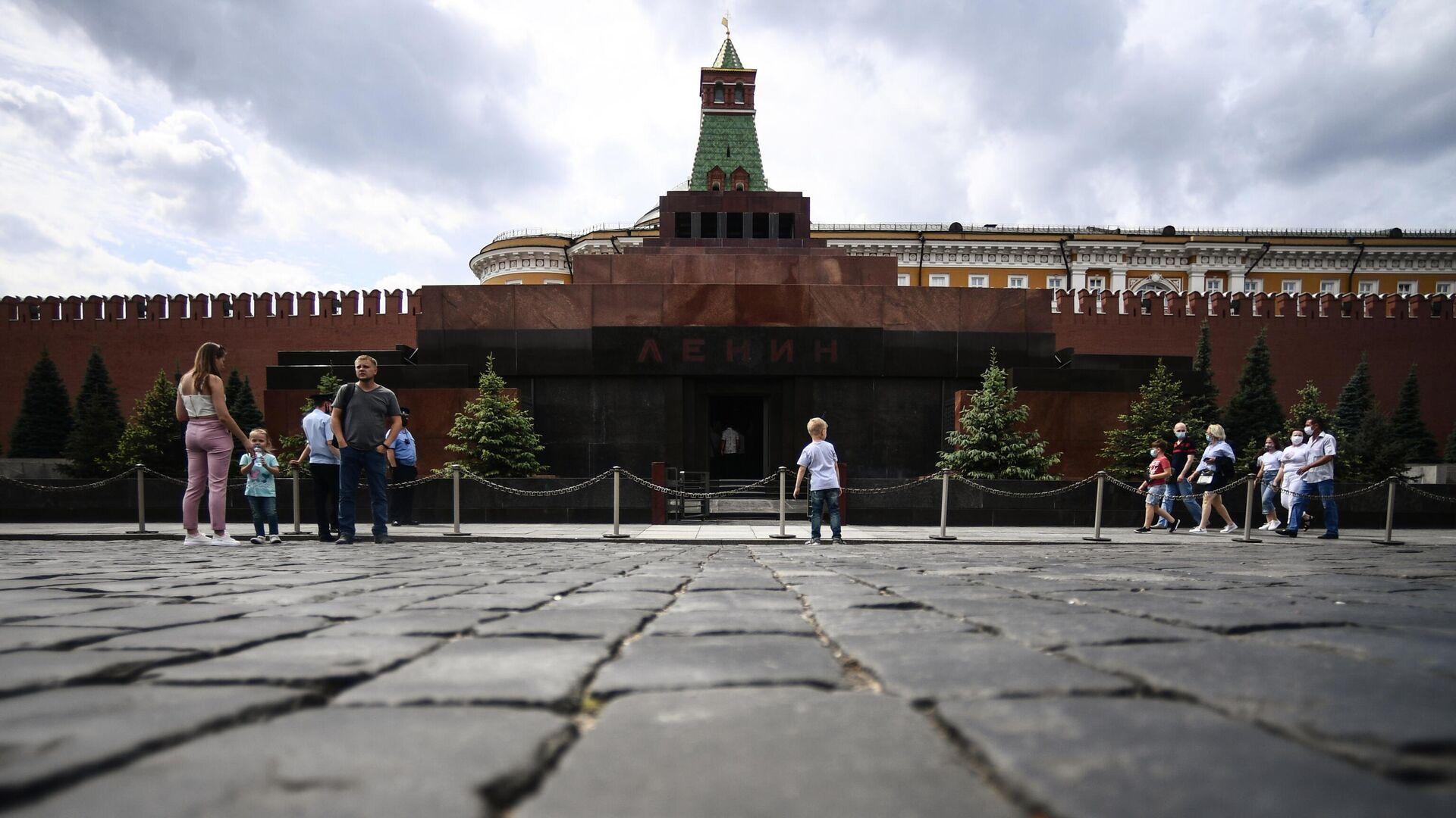 Прохожие возле Мавзолея В. И. Ленина на Красной площади в Москве - РИА Новости, 1920, 12.09.2020