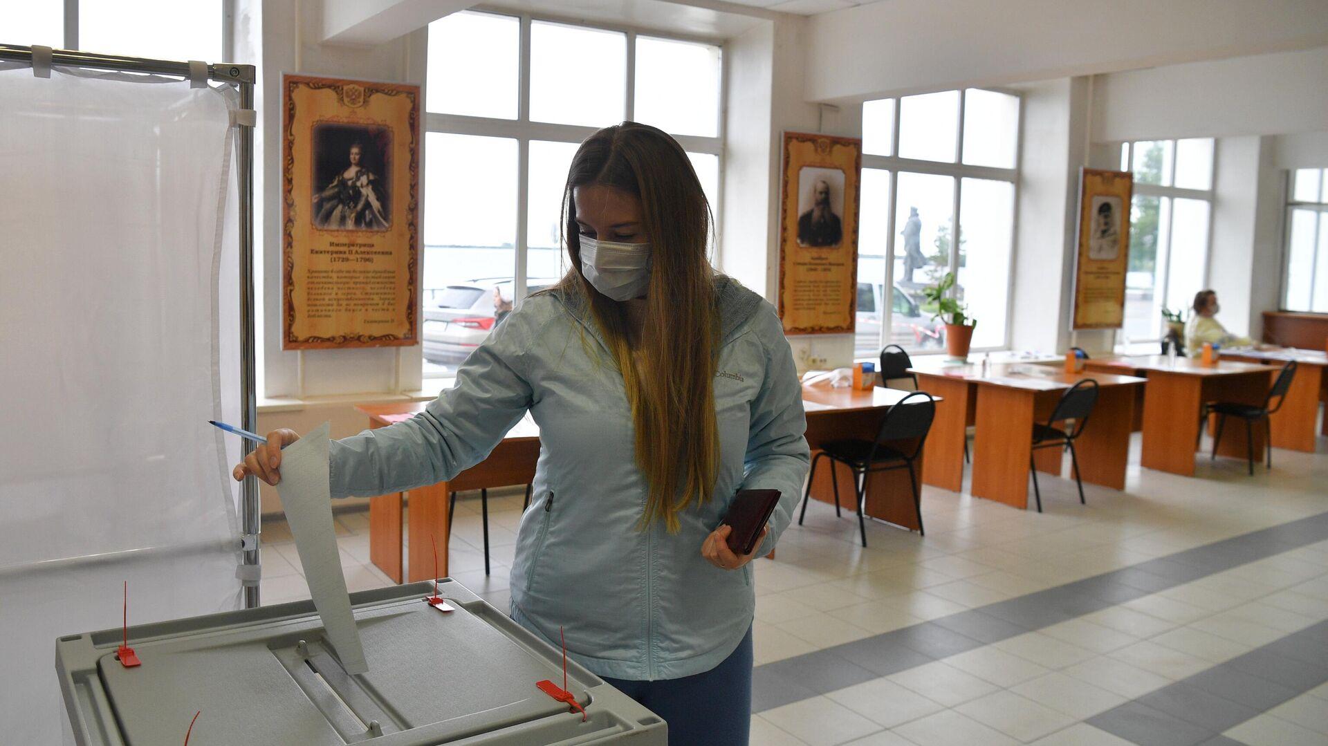Женщине голосует на выборах губернатора Архангельской области на избирательном участке №66 в Архангельске - РИА Новости, 1920, 13.09.2020