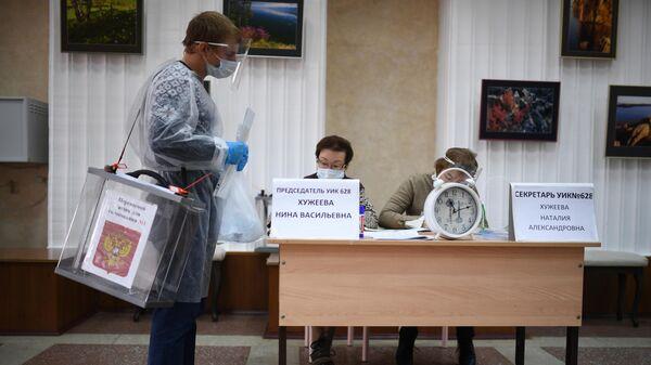 Члены участковой избирательной комиссии в Иркутске перед выездом на надомное голосование на выборах губернатора Иркутской области