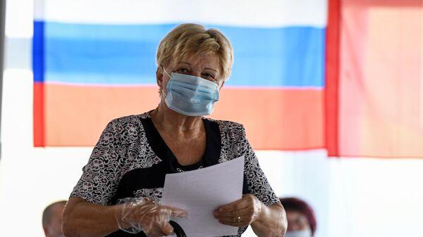Женщина на избирательном участке, где проходят выборы губернатора Севастополя