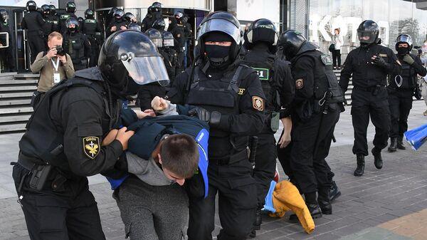 Сотрудники правоохранительных органов задерживают участника воскресной несанкционированной акции протеста