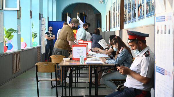 Члены участковой избирательной комиссии и избиратели на избирательном участке в Ростове-на-Дону