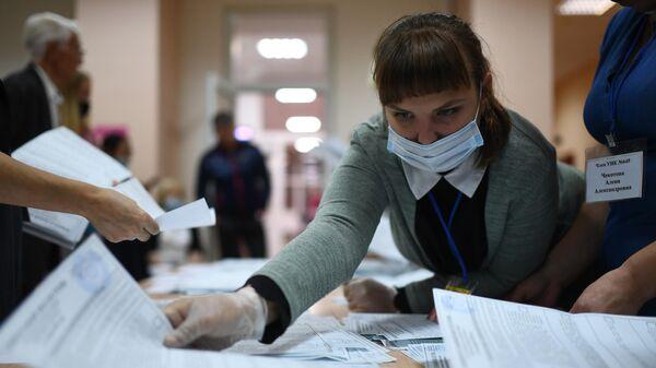 Члены участковой комиссии во время подсчета голосов после окончания голосования на выборах губернатора Иркутской области