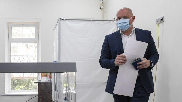 Михаил Развожаев на досрочном голосовании на выборах губернатора на избирательном участке №96 в Севастополе