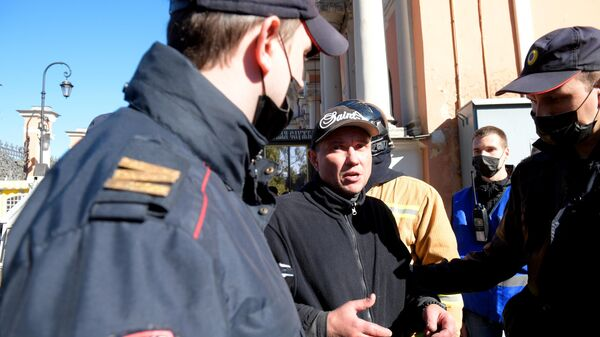 Сотрудники полиции задержали мужчину, забравшегося на крышу Александро-Невской лавры
