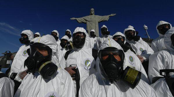 Солдаты бразильских Вооруженных сил во время дезинфекции статуи Христа-Искупителя на горе Корковаду в Рио-де-Жанейро