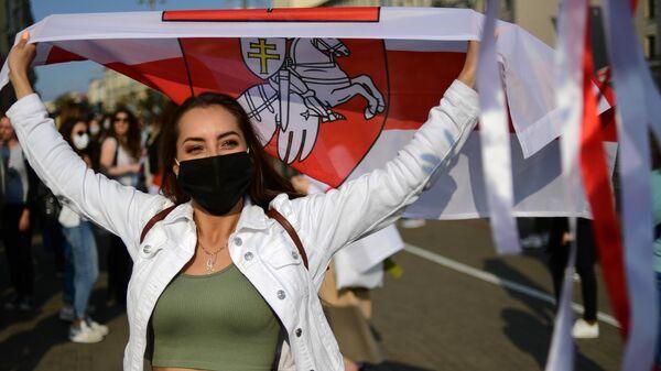 Участница несанкционированного женского марша Подруга за подругу в Минске