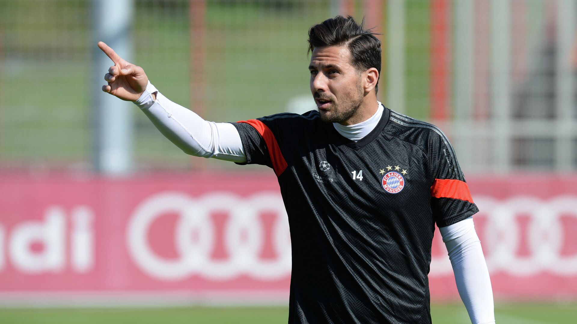 Bayern Munich's Peruvian striker Claudio Pizarro gestures during a training session at the Bayern Munich training ground in Munich, southern Germany on April 20, 2015, a day ahead of the UEFA Champions League quarter-final second leg football match against FC Porto on April 21. AFP PHOTO / CHRISTOF STACHE (Photo by CHRISTOF STACHE / AFP) - РИА Новости, 1920, 15.09.2020
