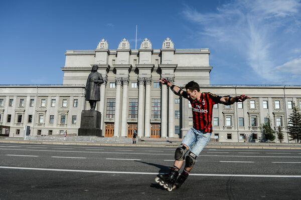Молодой человек катается на роликах на площади Куйбышева у театра оперы и балета в Самаре