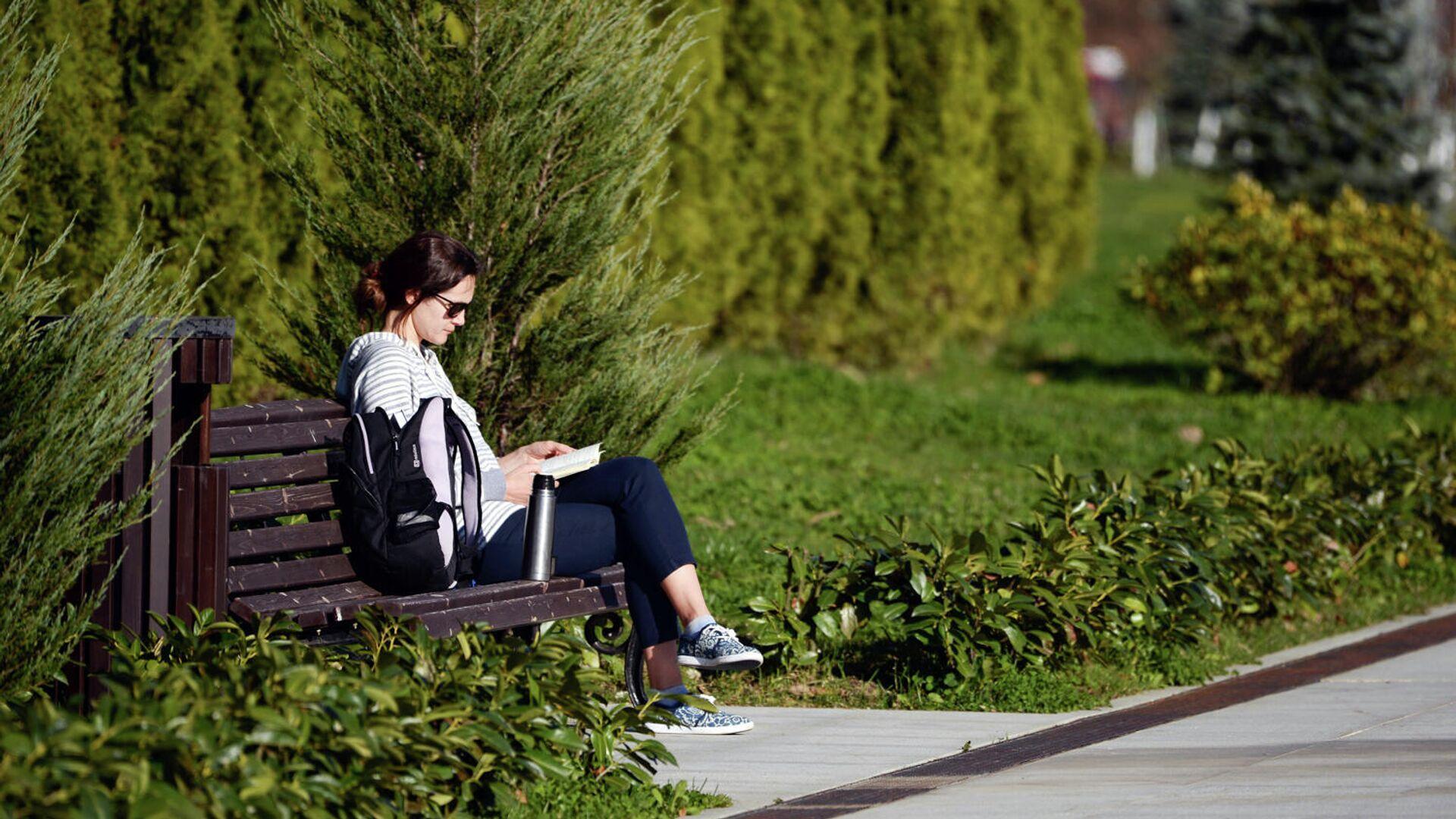 Девушка читает книгу на набережной - РИА Новости, 1920, 16.09.2020