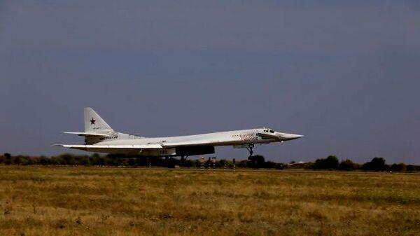 Кадры полета двух стратегических ракетоносцев Ту-160 над Балтийским морем