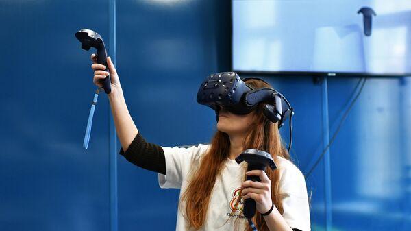 Школьница в очках виртуальной реальности