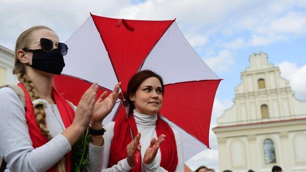 Участницы несанкционированного женского марша Подруга за подругу на площади Свободы в Минске