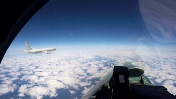 Российский истребитель Су-27 сопровождает самолёт P-8A Посейдон ВМС США над Балтийским морем. Стоп-кадр видео