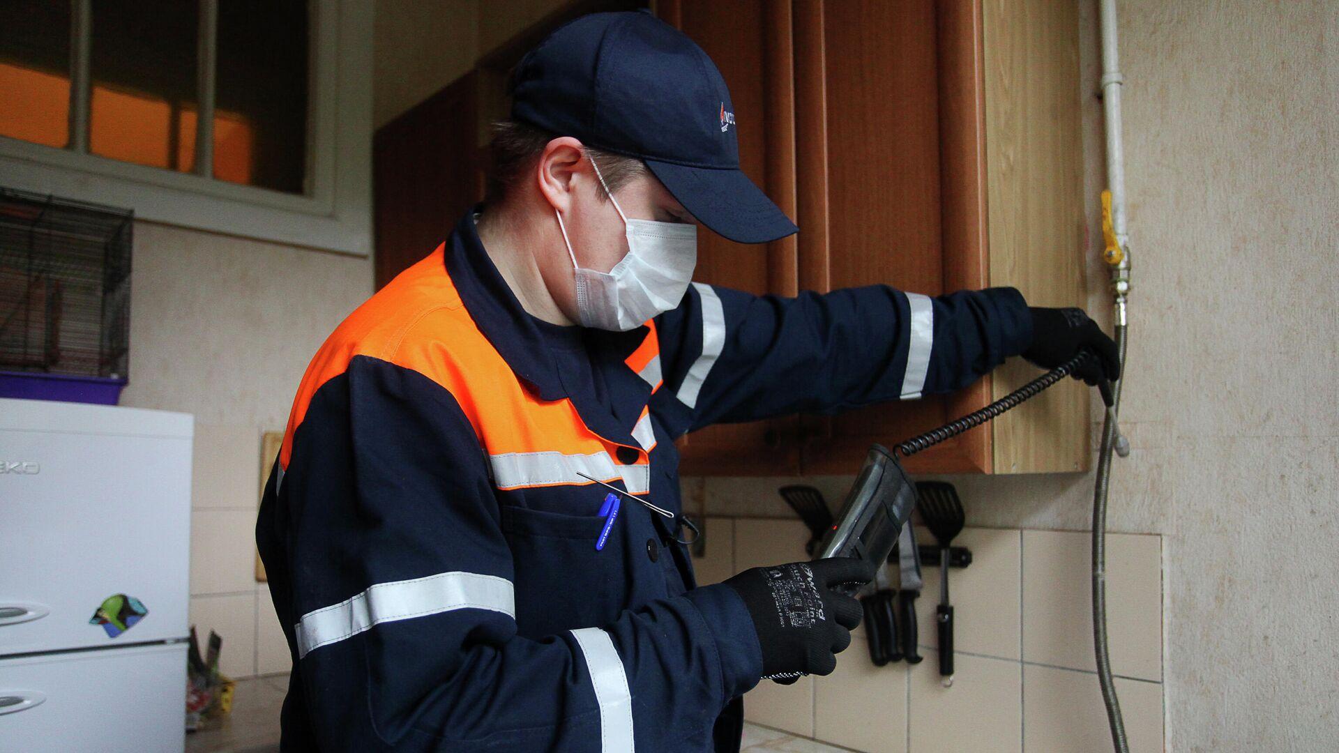 Сотрудник Мосгаза выполняет внеплановый осмотр газового оборудования в домах - РИА Новости, 1920, 24.11.2020