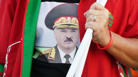 Портрет президента Белоруссии Александра Лукашенко на футболке участницы акции в поддержку действующей власти в Минске