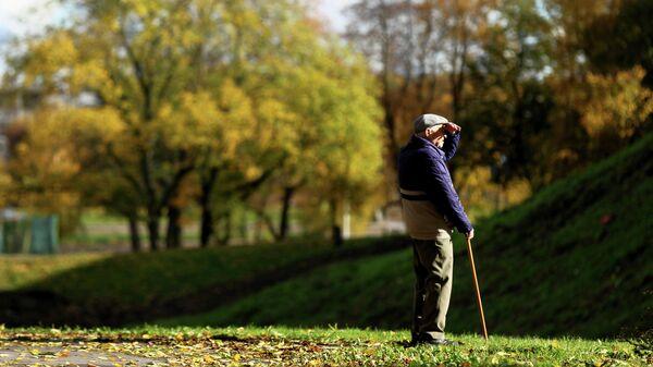 Пожилой человек в одном из парков Великого Новгорода