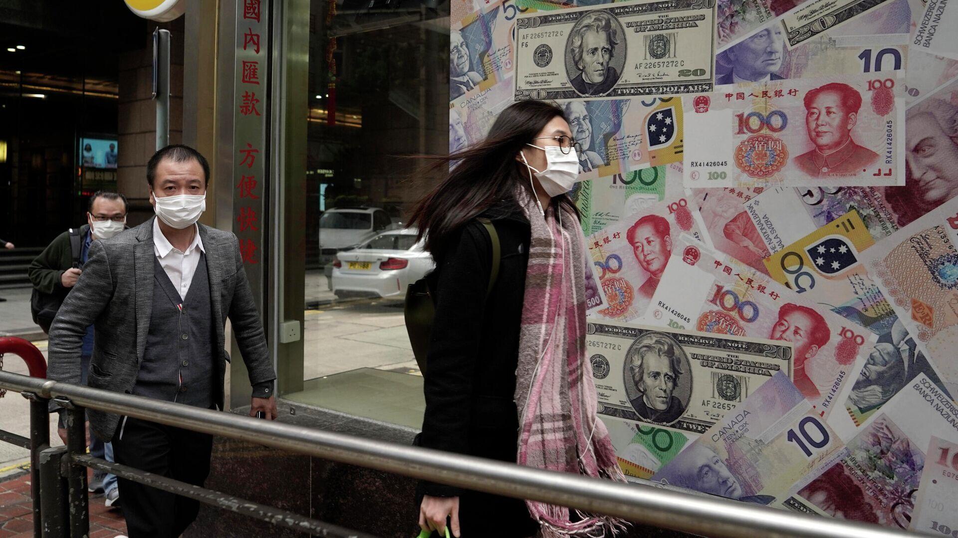 Люди в защитных масках проходят мимо пункта обмена валют в Гонконге - РИА Новости, 1920, 10.10.2020