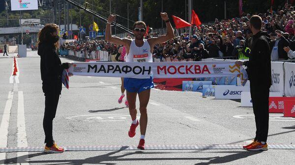 Участник на финише Московского марафона - 2020.
