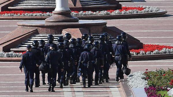 Сотрудники милиции на площади Независимости в Минске