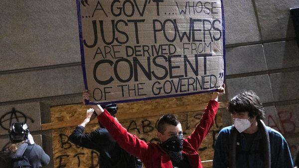 Участники акции протеста у здания полицейского управления в Портленде