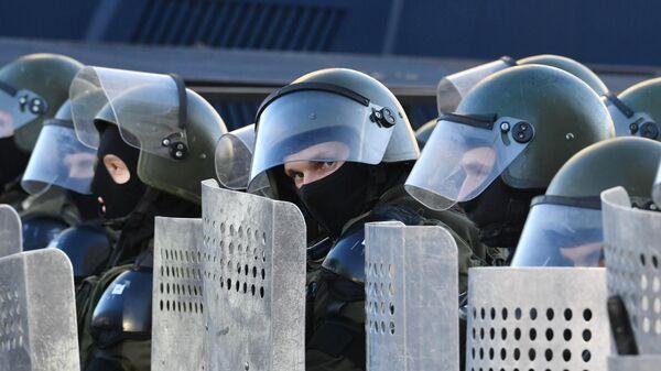 Сотрудники правоохранительных органов во время акции протеста Марш справедливости в Минске