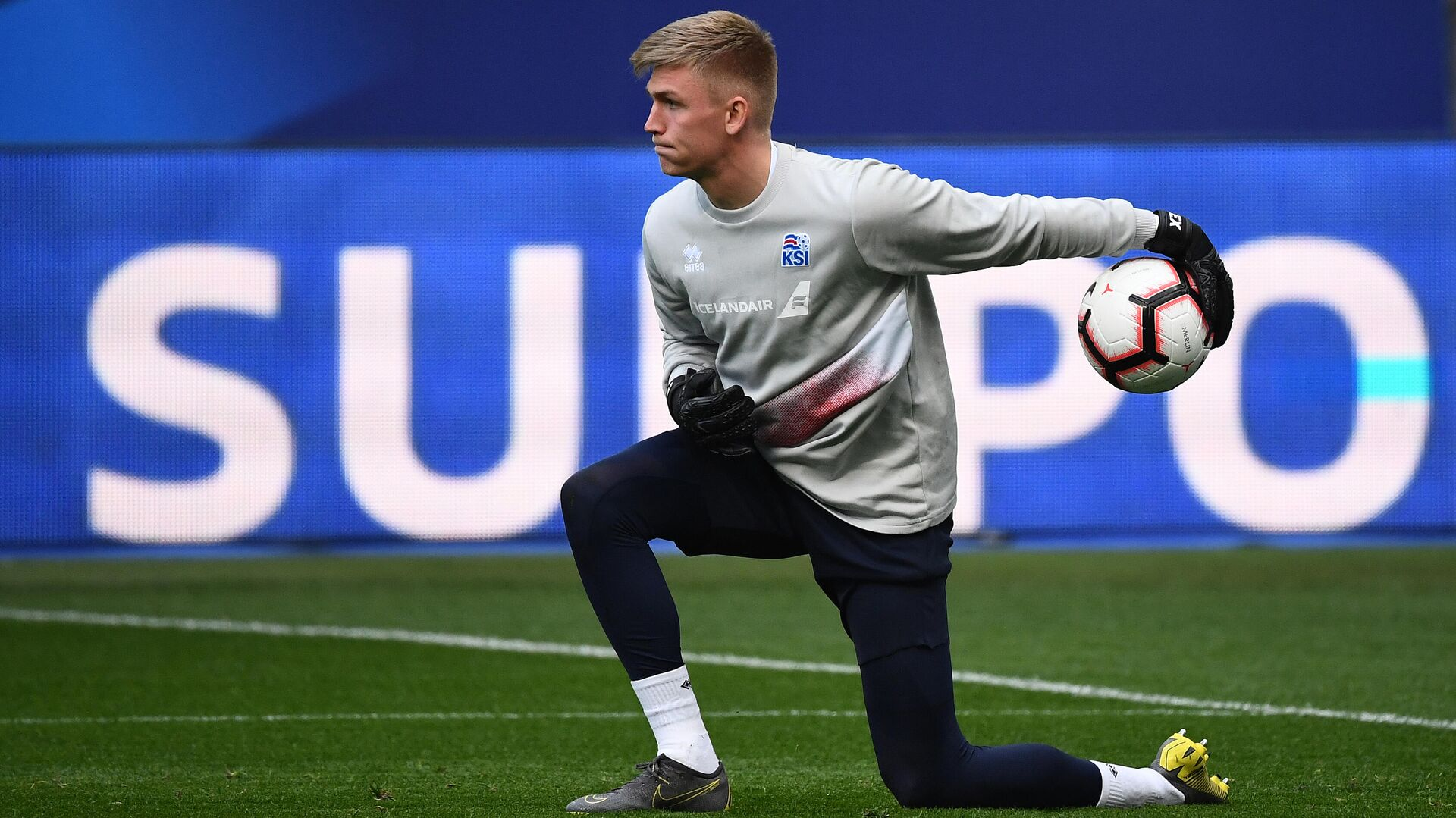 Iceland's goalkeeper Runar Alex Runarsson plays the ball during a training seesion at the Stade de France in Saint-Denis, north of Paris, on March 24, 2019 on the eve of their Euro 2020 qualifying football match between France and Iceland. (Photo by FRANCK FIFE / AFP) - РИА Новости, 1920, 21.09.2020
