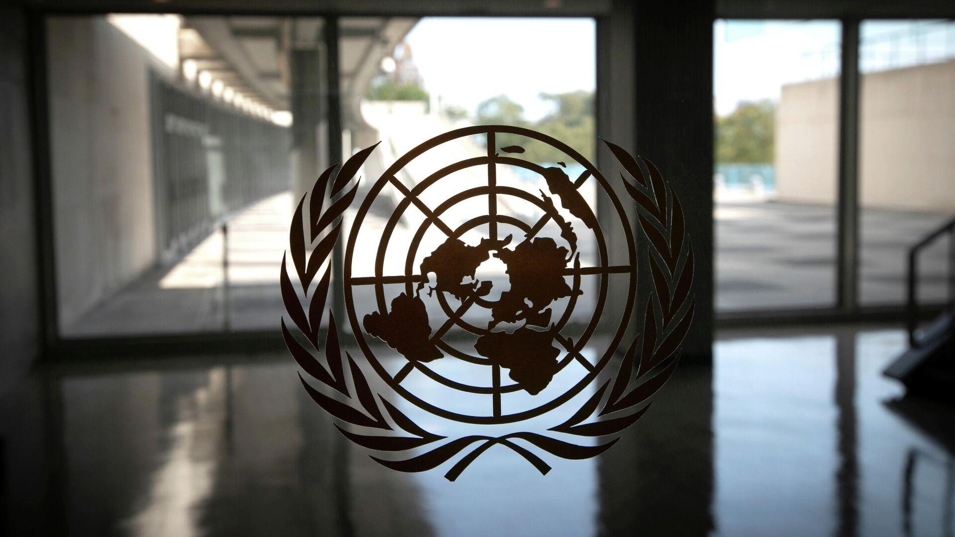 Логотип ООН в здании штаб-квартиры организации в Нью-Йорке - РИА Новости, 1920, 01.10.2020
