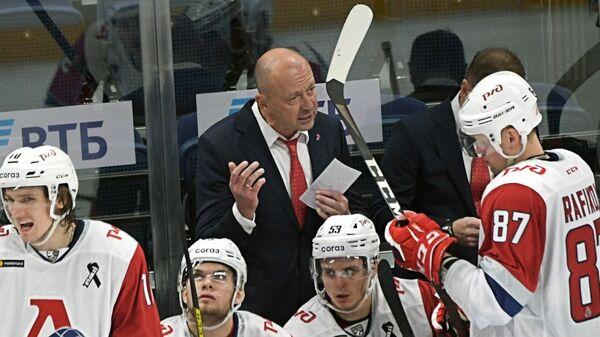 Главный тренер Локомотива Андрей Скабелка и хоккеисты клуба